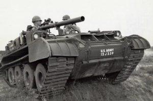M56 Scorpion s bezzáklozovým kanonem M40A1
